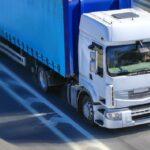 Camion in viaggio in autostrada